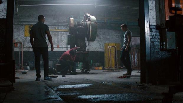Captain America và Falcon tìm thấy Bucky Barnes trong tình trạng đứng không vững.