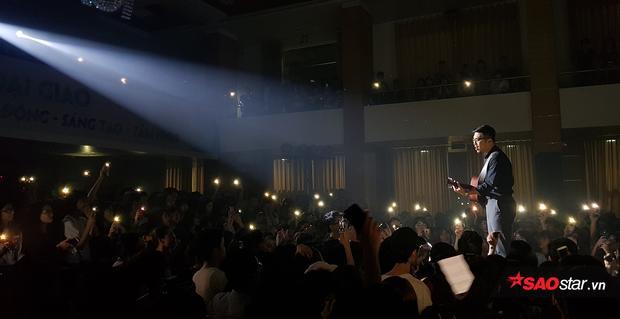 Đông đảo khán giả bật đèn flash, tạo nên một khung cảnh huyền ảo, lãng mạn trong không gian âm nhạc của Vũ.