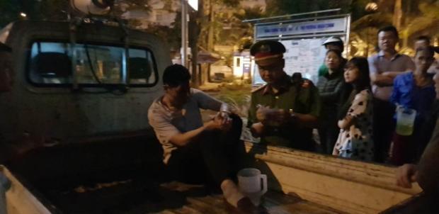 Tài xế xe bán tải bị một số người dân bức xúc đánh.