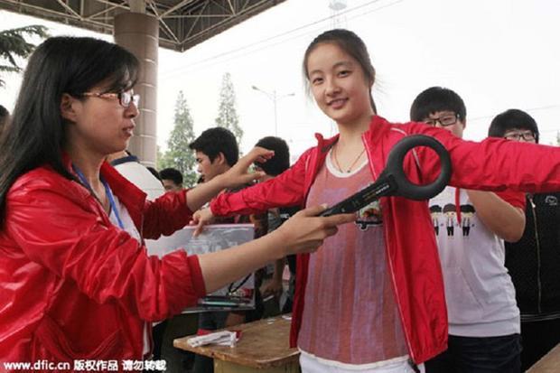 Có một ngôi trường ở Hà Nội cứ đến mùa thi là sinh viên lại bị kiểm soát nghiêm ngặt hơn cả đi máy bay