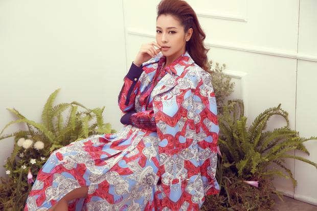 Bộ trang phục này ngay sau đó đã được hoa hậu Jennifer Phạm mặc lại trong bộ ảnh mới nhất, so với nét cá tính của Lady Gaga, Jennifer đem lại vẻ sang trọng cùng thần thái sang chảnh khó ai bì kịp.
