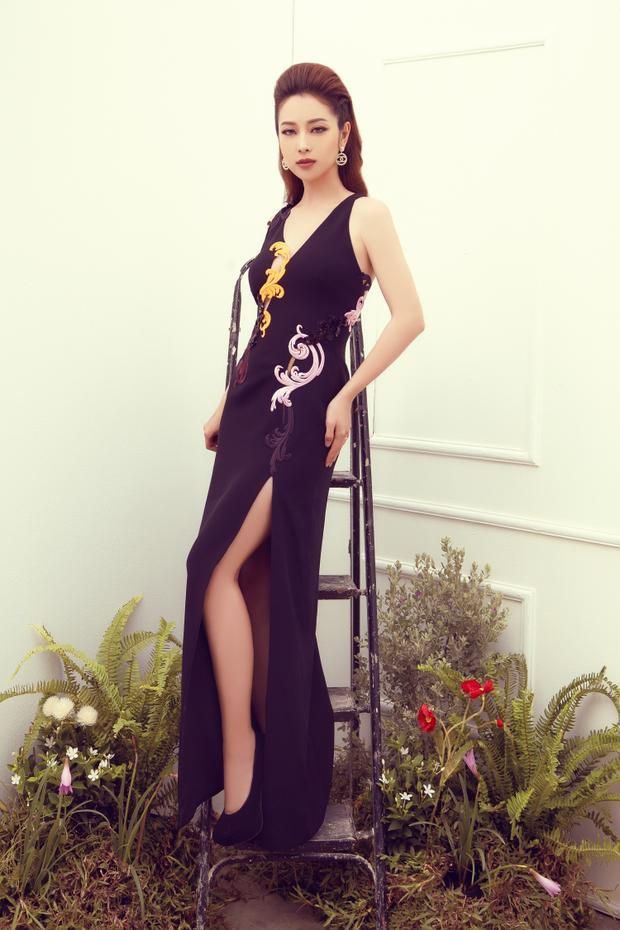 Đầm đen ôm sát với đường xẻ cao bất tận khoe trọn sắc vọng gợi cảm của người đẹp ba con.
