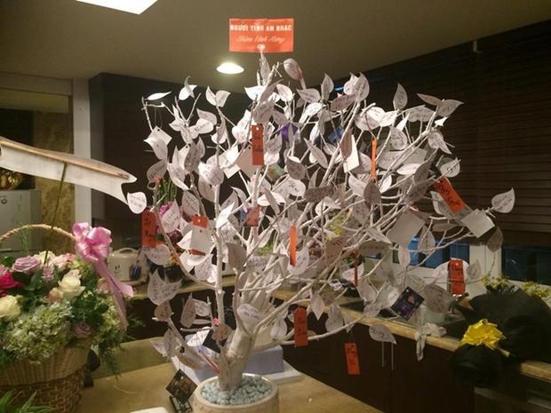 Anh đặc biệt ấn tượng với một cây khô màu trắng với những chiếc lá được viết tên bài hát của mình. Tổng cộng hơn 300 lá, đủ để thấy tâm tư tình cảm của fan dành cho Đàm Vĩnh Hưng nhiều đến thế nào!
