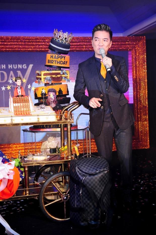 Trong dịp sinh nhật của mình, Mr Đàm được tặng hẳn một chiếc bánh kem dát 100 chỉ vàng in hình rồng.
