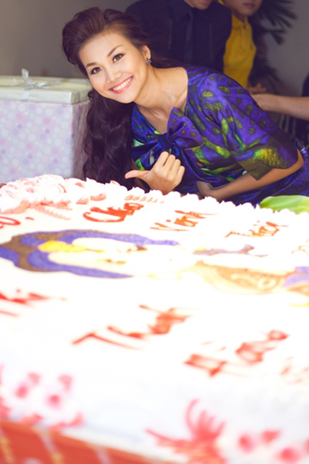 Chưa dừng lại ở đó, fan còn mang hẳn cho cô nàng chiếc bánh kem hoành tráng với diện tích đến 4m2.