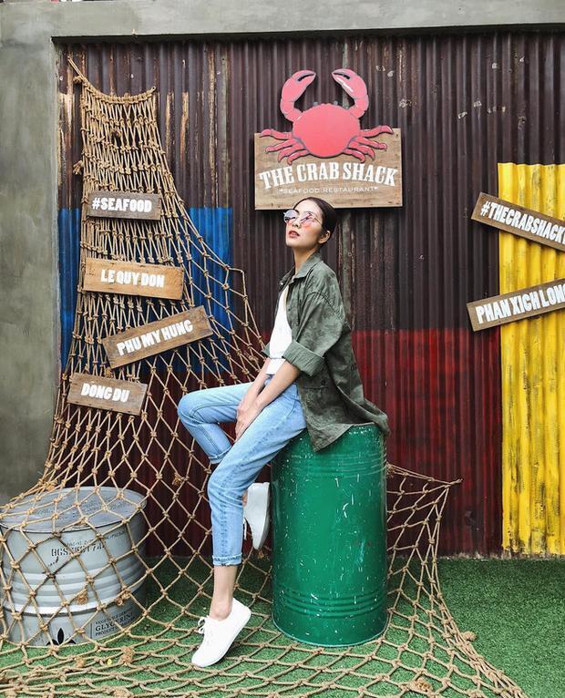 Tuần này, Tăng Thanh Hà trở thành điểm nhấn nổi bật nhất đường phố chỉ với chiếc áo sơ-mi rằn ri khoác ngoài bộ cánh đơn giản. Đặc biệt hơn, đây lại chính là chiếc áo mà cô từng mặc một năm về trước.