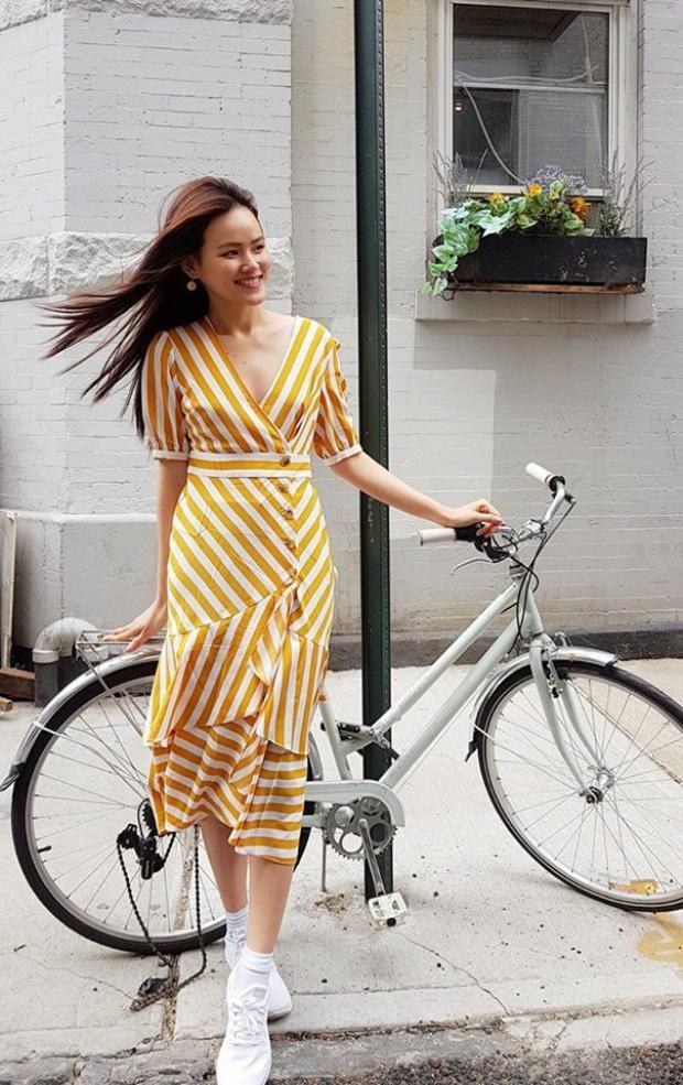 Đối lập với vẻ nhẹ nhàng của Mỹ Linh, Tuyết Lan chọn phong cách nổi bật với bộ đầm chất liệu co giãn, họa tiết sọc kẻ sắc vàng bắt mắt.