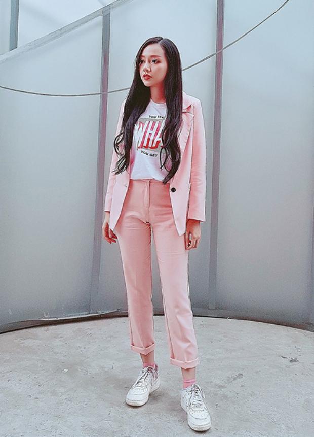 Băng Di duyên dáng trong bộ vest tông màu hồng. Nữ diễn viên là một trong những icon thời trang nổi bật của làng mốt. Cô dẫn đầu nhiều phong cách thời trang nhờ sự nhanh nhạy và cách mix hợp xu hướng.