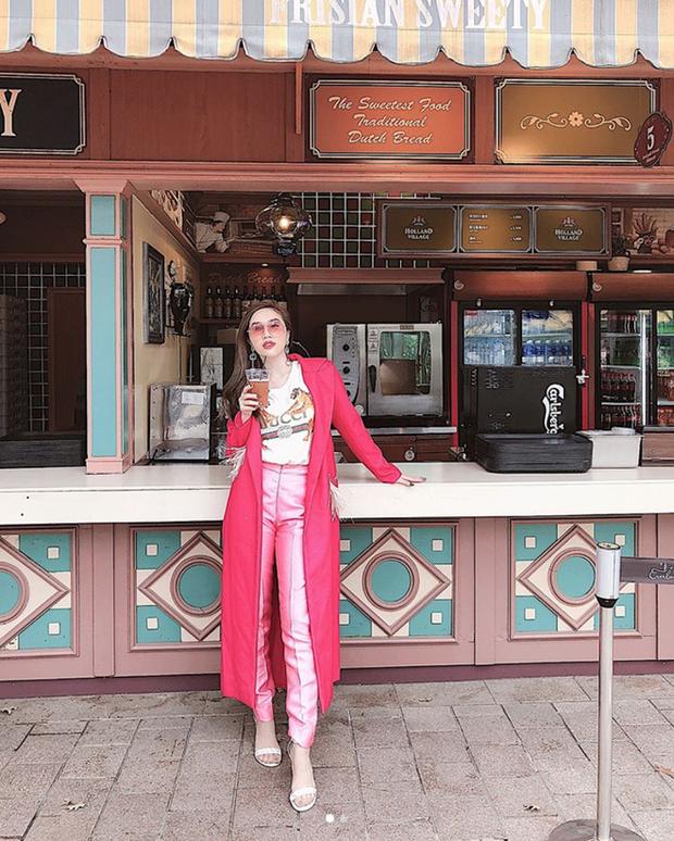 Bảo Thy là một trong những tín đồ cuồng màu hồng trong showbiz. Lần này, cô diện quần chất liệu taffa kết hợp áo thun trắng. Áo khoác bên ngoài gam màu hồng rực rỡ giúp người mặc nổi bật trên đường phố.