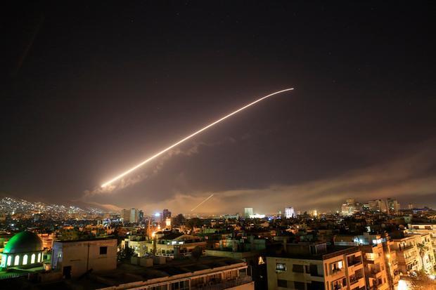 Bầu trời thủ đô Damascus của Syria rực sáng trong cuộc không kích của liên quân Mỹ, Anh, Pháp đêm 13/4. Ảnh: Reuters