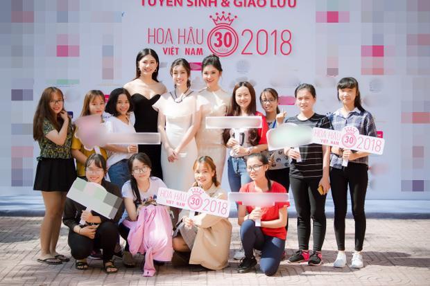 Top 3 Hoa hậu Việt Nam vui vẻ chụp ảnh cùng các bạn sinh viên.