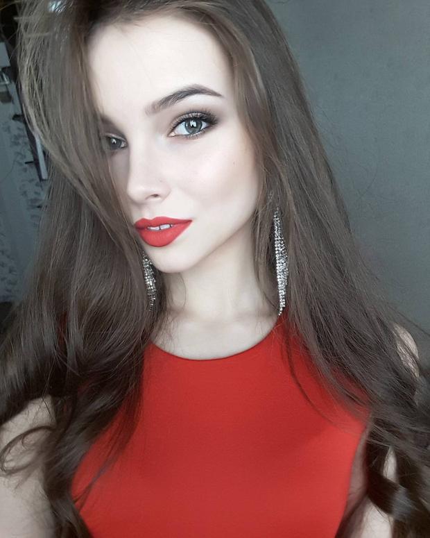 Tân Hoa hậu Nga 2018 sở hữu gương mặt góc cạnh cùng đôi mắt xanh biếc. Cô là người mẫu từng làm việc ở châu Á và các nước châu Âu. Trước đó chân dài xứ sở Bạch dương từng là Miss Globe Russia 2016.