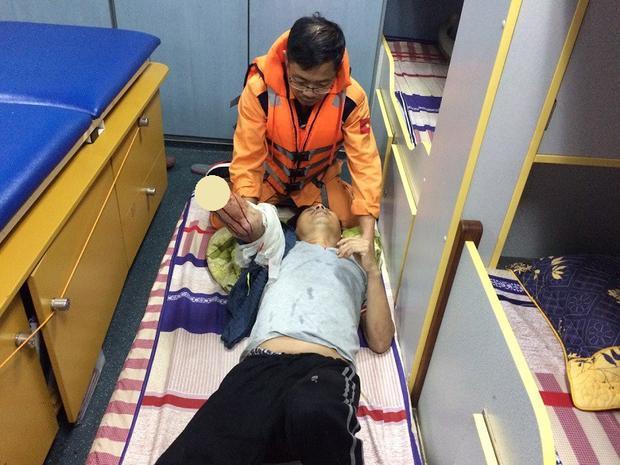 Thuyền viên Thảo bị dây tời cuốn đứt tay. Ảnh: VMRCC.