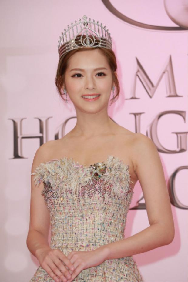 Để bảo vệ tình yêu, hoa hậu Hong Kong 2016 Phùng Doanh Doanh cam tâm làm trạch nữ