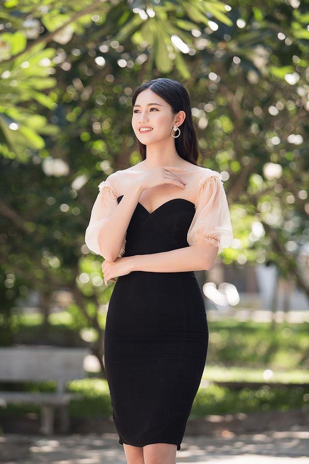 Có mặt tại trường Đại học Khoa học xã hội và Nhân Văn TP.HCM, Á hậu Thanh Tú diện chiếc đầm body tôn vóc dáng chuẩn mực với thần thái rạng ngời cùng phong cách sang trọng vốn có.