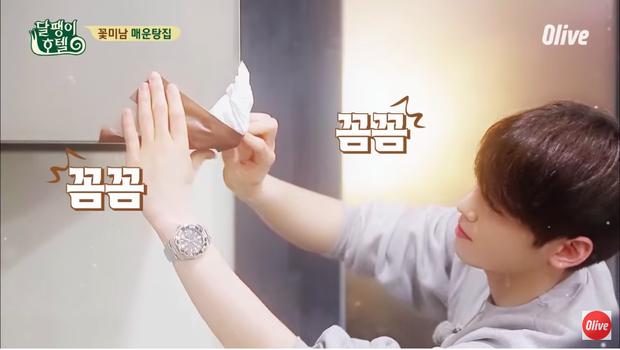 Eun Woo đã nhanh chóng dùng giấy và băng dính bọc lại cạnh máy hút.