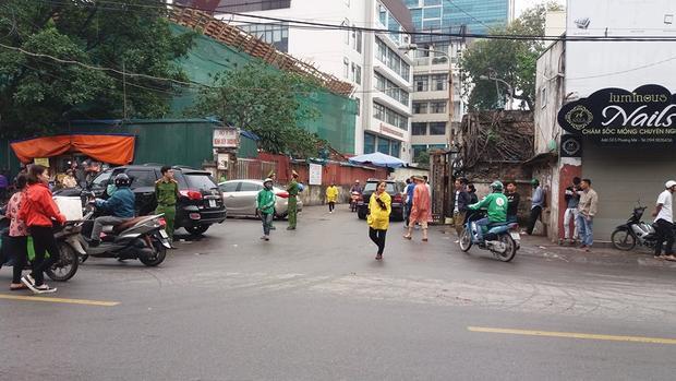 Nhiều người đi đường lo lắng cho các nạn nhân của vụ tai nạn.