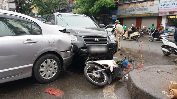 Ô tô mất lái đâm liên hoàn trước cổng viện Bạch Mai, nhiều người bị thương