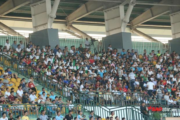 Khán giả ngồi chật cứng khán đài A để cổ vũ cho hai đội.