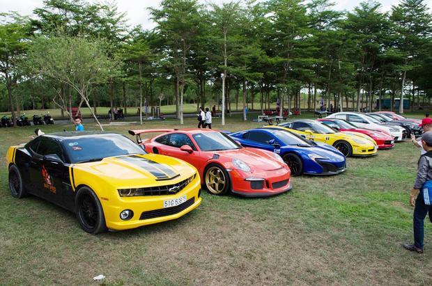 Một số mẫu xe thể thao, siêu xe cũng được mang tới sự kiện Đại hội Môtô Việt Nam 2018. Chiếc xe màu vàng ngoài cùng mà bạn có thể thấy là Chevrolet Camaro SS. Bộ đôi siêu xe McLaren 650S Spider và Porsche 911 GT3 RS cũng có mặt. Người tới thăm cũng có dịp được chiêm ngưỡng một số mẫu xe khác như Ford Mustang GT, Mitsubishi Lancer Evolution X, Chevrolet Corvette C7 Stingray hay BMW i8.