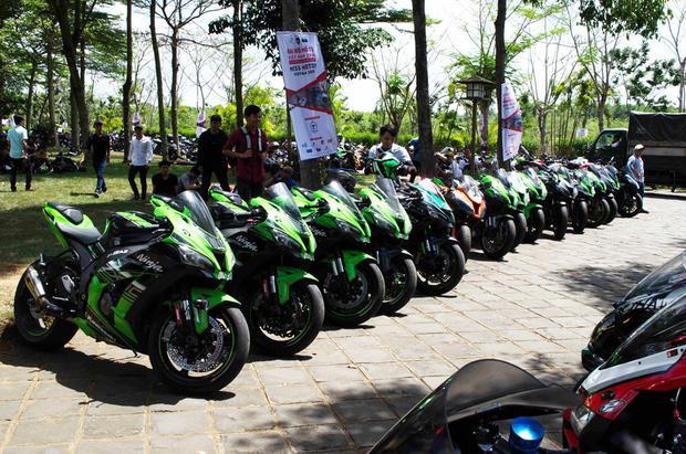 Khu vực xe thuộc dòng Kawasaki Ninja ZX-10R. Đa số những chiếc xe tham dự đại hội lần này đều được các biker trang trí, độ lại ít nhiều để tăng sự độc đáo.