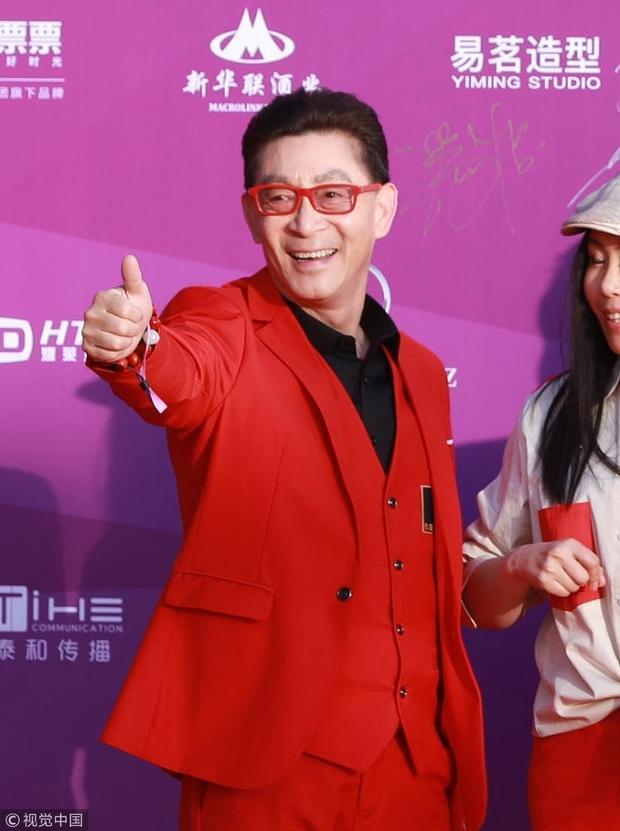 """""""Tôn Ngộ Không"""" Lục Tiểu Linh Đồng với """"concept"""" đỏ nổi bật."""