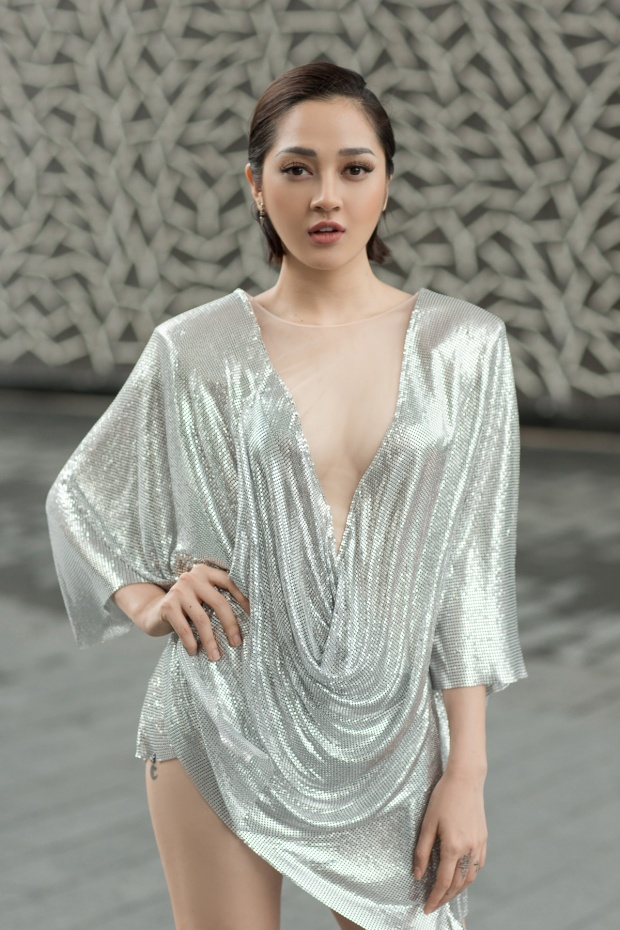 Trang phục ánh bạc đầy ấn tượng của Bảo Anh đã thu hút sự quan tâm của các khách mời.