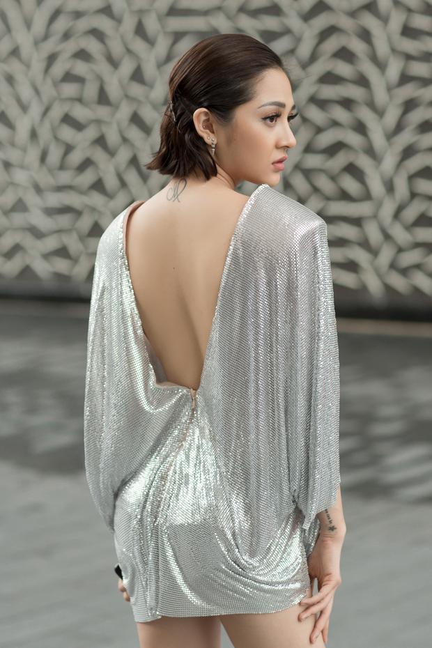 Được biết, bộ trang phục đầy gợi cảm của Bảo Anh là của nhà thiết kế Tăng Thành Công.