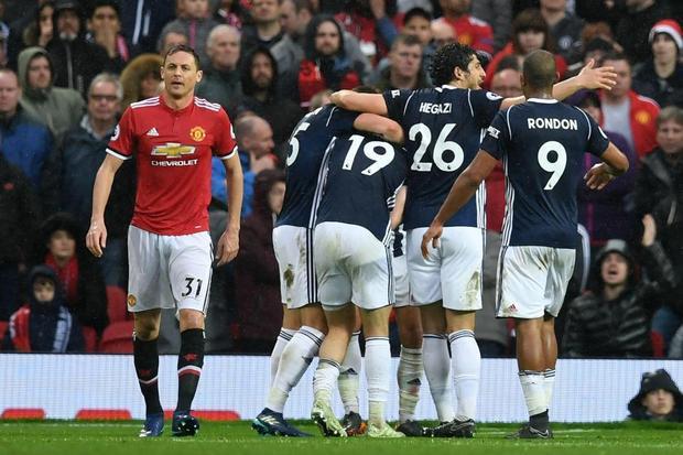 Thua đội bét bảng, MU chính thức nhìn Man City lên ngôi vô địch NHA