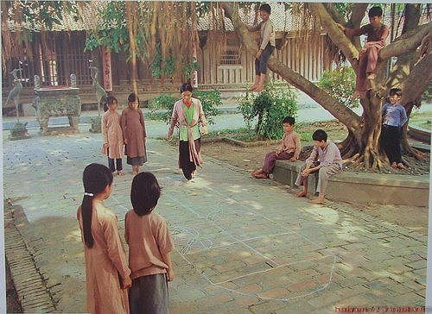 Nhảy lò cò: Chỉ với một hình vẽ dưới đất, con nít ngày xưa đã có ngay một trò chơi rất cool mang tên Nhảy lò cò. Đây cũng là một trong số những trò chơi có luật chơi đa dạng nhất xuyên suốt các vùng miền