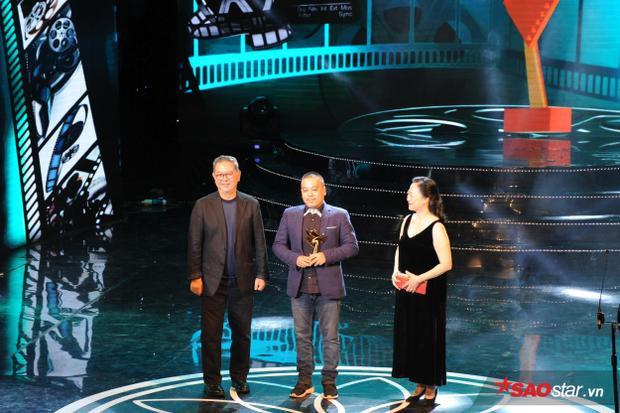 Đạo diễn Lê Thanh Sơn nhận giải Đạo diễn xuất sắc nhất.