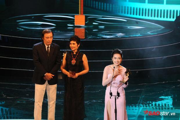 Nhã Phương nghẹn ngào nhận giải Nữ diễn viên chính xuất sắc.