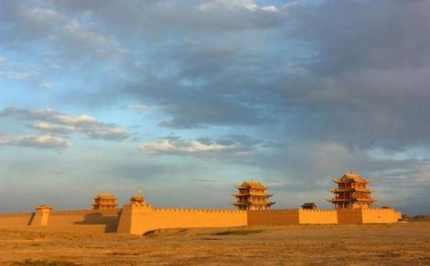 Đây là Gia Dục quan, cửa ải cực Tây của Vạn Lý Trường Thành.Nếu Sơn Hải quan xây dựng lấn biển thì Gia Dục quan lại được xây dựng tại vùng biên giới giáp sa mạc Gobi.Công trình này được xây dựng vào thời nhà Minh, khoảng năm 1372. Gia Dục quancó cấu trúc hình thang với chu vi 733 m và diện tích trên 33.500 m2. Tổng chiều dài tường thành là 733 m và chiều cao tường thành là 11 m. Theo một số nghiên cứu, công trình được xây dựng bởi 99.999 viên gạch.