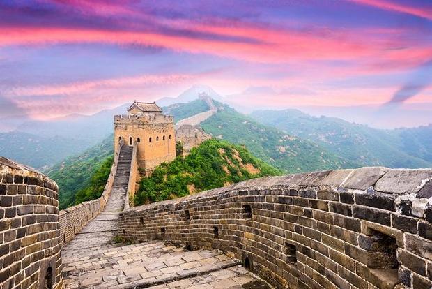 Việc xây dựng Vạn Lý Trường Thành kéo dài hơn 2000 năm, từ đầu thế kỷ V trước Công nguyên tới thế kỷ XVI.Bức tường này được xây dựng theo từng đoạn, một số đoạn cổ nhất xuất hiện từ năm 221 trước Công nguyên. Đây là cuối thời Chiến quốc. Vào thời điểm này, nhà Tần thống nhất các nước nên họ đã bắt đầu kết nối hệ thống tường thành của đối phương thành một mạng lưới thống nhất. Việc xây dựng chỉ kết thúc vào thời nhà Minh,vào khoảng giữa năm 1368 và 1644.