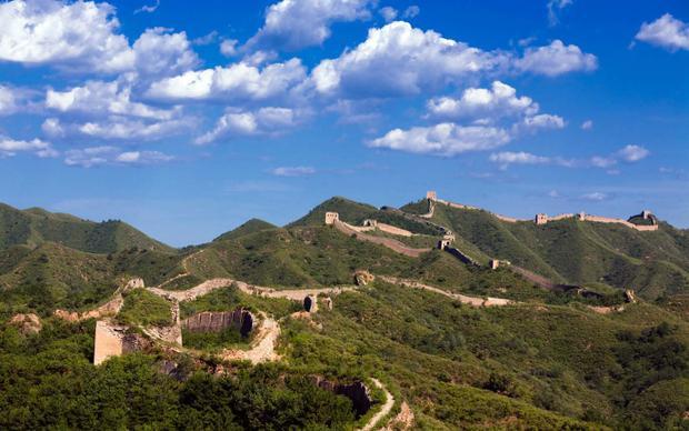 Mục đích ban đầu của Vạn Lý Trường Thành là để chống lại quân xâm lược hay những người bán du mục như người Mông Cổ vào cướp bóc. Tuy nhiên, sau này bức tường còn đóng vai trònhư một đường biên giới, nơi thực hiện các luật lệ về giao thương và di cư.