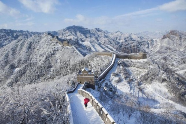 Khi tuyết rơi, đường trơn trượt khiến việc di chuyển khó khăn hơn, nhưng Vạn Lý Trường Thành vẫn thu hút một lượng lớn khách du lịch tới tham quan.