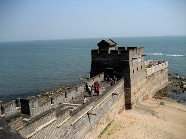 Đây là Sơn Hải quan, cửa ải cực Đông của Vạn Lý Trường Thành. Cửa ải này từngđược xây từ thời Bắc Tề (550 - 577) và thời Đường (618 - 907) nhưng phải đến thời nhà Minh (1368 - 1644), Sơn Hải Quan mới chính thức được xây dựng.Đây từng là một cửa ải biên giới phòng thủ của Trung Quốc trước các dân tộc du mục tại Đông Bắc như Khiết Đan, Nữ Chân và Mãn Châu.