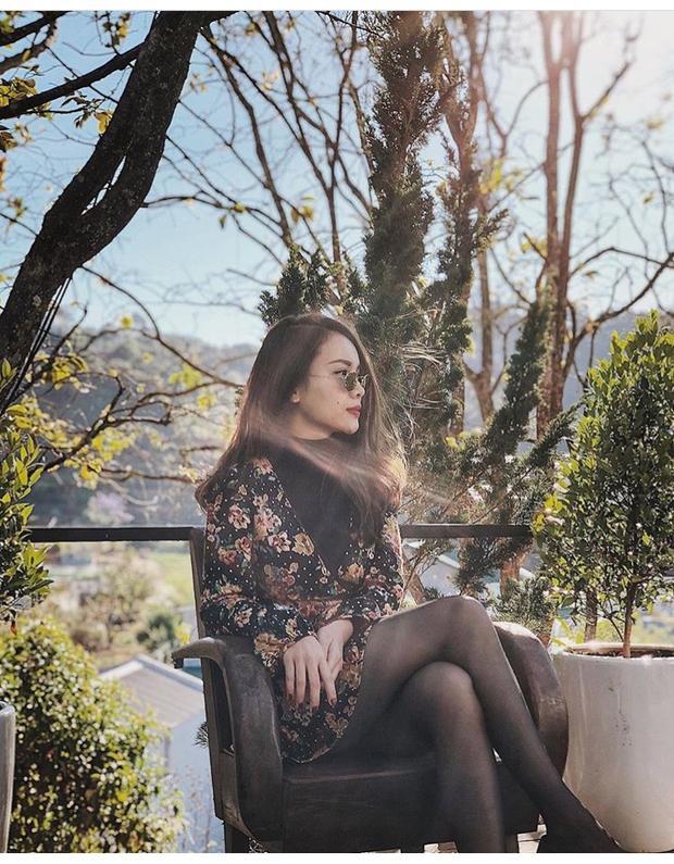 Yến Trang hóa quý cô thanh lịch khi diện đầm hoa tối màu kết hợp cùng áo thun ấm áp bên trong.