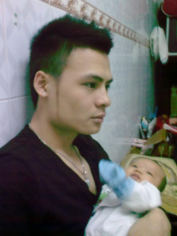 Hoa Vinh ẵm cháu trên tay vào khoảng năm 2012 - trông như một ông bố trẻ thực thụ