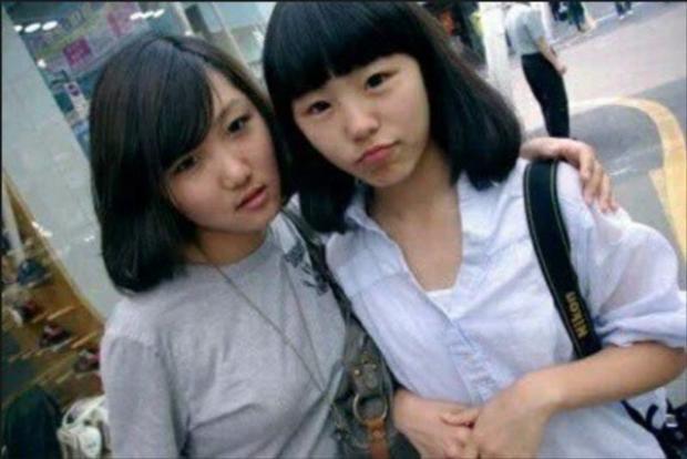 Hwasa và Wheein giống như 2 hạt đậu trong cùng 1 cái vỏ. Họ gặp nhau ở trường trung học rồi trở thành bạn thân. 2 cô nàng cùng làm mọi thứ từ học, ăn, hát hò, nhảy múa, bày trò đến cả việc đi thử giọng, kí hợp đồng chung 1 công ty và debut cùng 1 nhóm nhạc.