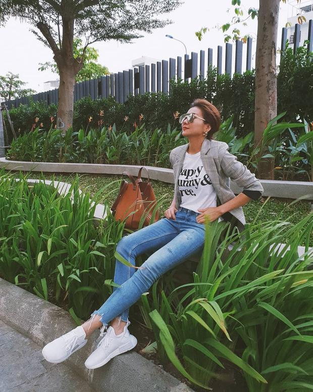 Thanh Hằng khoe đôi chân dài thương hiệu 1m12 với quần jeans ôm. Siêu mẫu diện trang phục với kính mát bản to cùng giày Adidas năng động, hoàn toàn phù hợp với tổng thể.