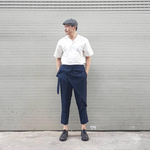 NTK Trương Thanh Long lại ăn diện hơn chút khi mặc áo linen đi cùng quần bắt chéo vạt theo style Châu á. Giày tây và mũ beret cũng được anh phối cùng, tạo nên tổng thể retro.