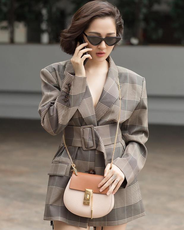 Bảo Anh chất ngầu với combo áo vest freesize và túi đeo chéo màu beige. Mái tóc ngắn trẻ trung cũng được cho là hoàn toàn phù hợp với tổng thể.