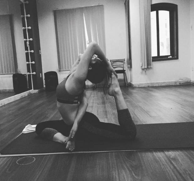 Mỹ nhân Việt khoe động tác yoga 'bá đạo' khiến fan không khỏi 'thót tim'