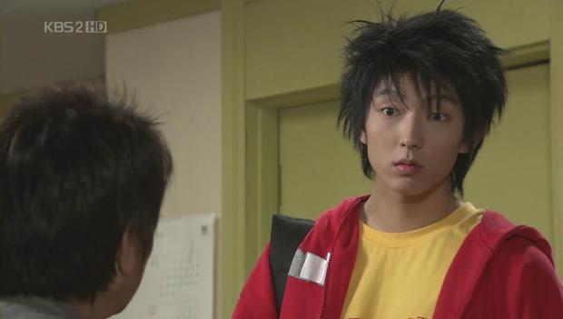 Chắc hẳn fan sẽ phải bật cười trước tạo hình Lee Joon Gi trong những vai diễn đầu tiên. Tuy nhiên, gương mặt điển trai qua nhiều năm vẫn không hề thay đổi.