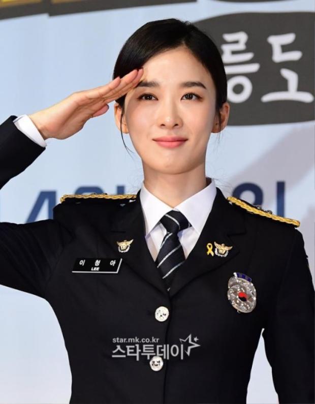 """Ruy băng vàng trên áo của Lee Jung Ah trong buổi họp báo phim """"3 Cảnh sát nông thôn""""."""