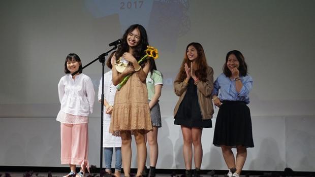 Đạo diễn Nguyễn Ngọc Mai lần thứ 3 lên nhận giải vui không nói được lên lời. Ảnh: Ngọc Diệp - báo Tuổi Trẻ
