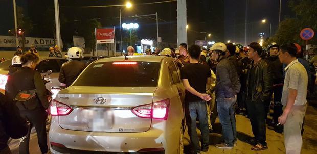Hàng trăm người dân vây kín ô tô yêu cầu tài xế ra giải quyết.