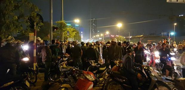 Rất đông người đi đường có mặt.