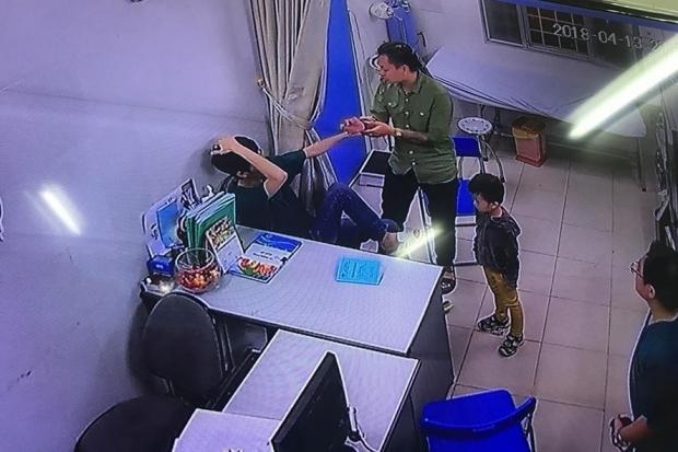 Người đàn ông áo xanh đấm vào mặt bác sĩ bệnh viện Xanh Pôn.